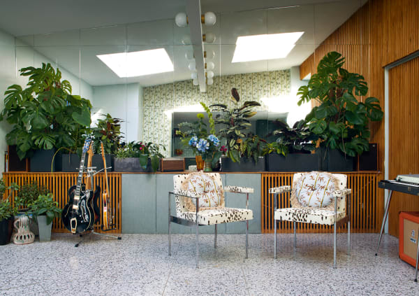 "Ton-in-Ton-Studio: In der Lounge bilden Terrazzofliesen ein Echo auf Poodle&Blondes  Sesselstoff ""Tottenham Dalmatian"", hier in Cocoa."