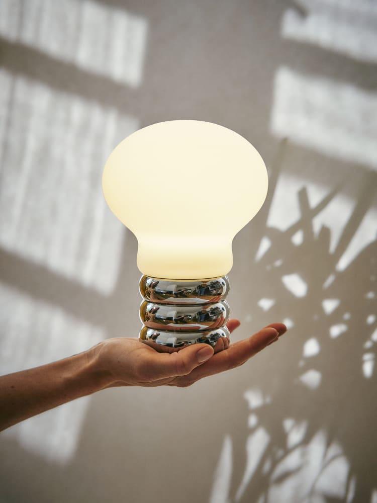 """b.bulb"": Ingo Maurers Designklassiker mit mobiler Batterie"
