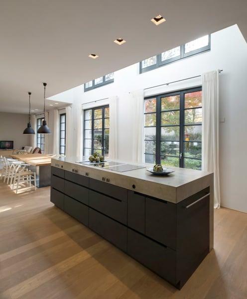 Zentrum des Hauses: der sieben Meter lange Küchenblock mit Beton-Arbeitsfläche.
