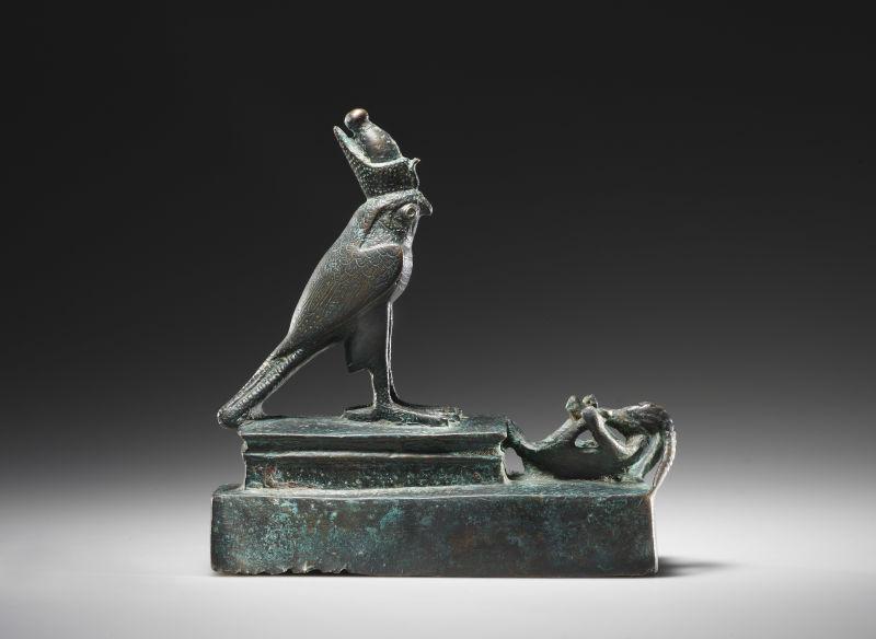 Ein Horusfalken mit einer gefesselter Gazelle, aus der Spätzeit oder der Ptolemäischen Periode, 664-343 v.C.