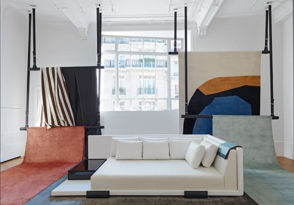 Atelieratmosphäre: Wolle, Seide oder Canvas, Lack, Eiche oder lieber Tulpenbaum? Im dritten Stock der MaisonLiaigrelocken Materialproben.