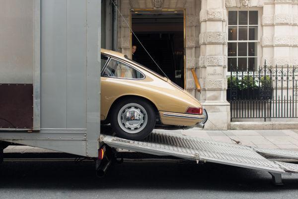 Nein, was direkt vor Dirk Bolls Arbeitsplatz, dem Auktionshaus Christie's im Herzen Londons, verladen wird, ist nicht das jüngste Rekordlos – auch wenn ein so gepflegter Ur-911er manchen Bieter sicher unruhig werden ließe.
