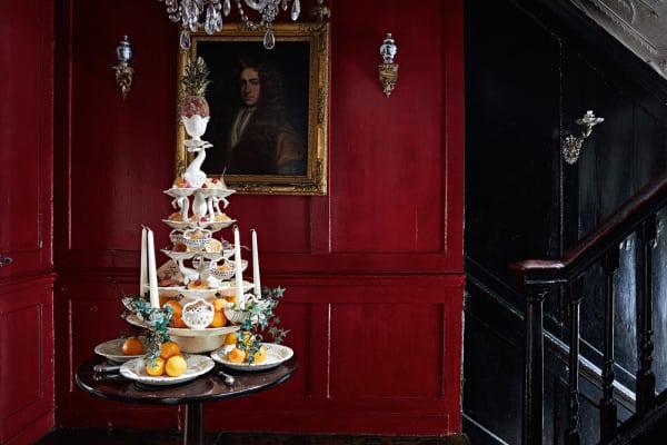 Alle Lebensmittel sind frisch. Sie werden also fast täglich von Kurator        David Milne ausgetauscht. Auch die Orangen im Piano nobile, die von        einem unbekannten Gentleman bewacht werden. Das Porträt stammt aus dem        späten 17. Jahrhundert. Tiefrot ist der Treppenabsatz, ganz in der Mode        der Zeit.