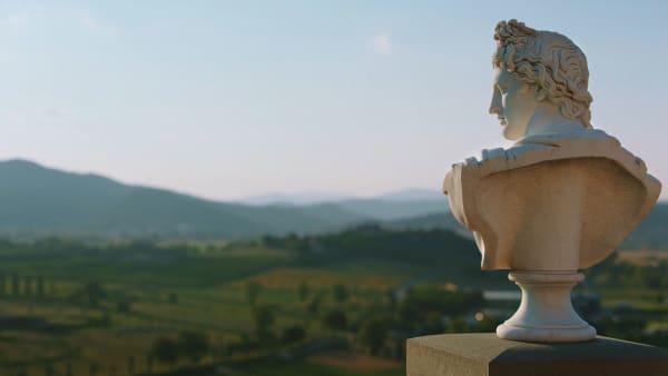 """Mit den Augen der Antike – Brunello Cucinelli liebt es, in seinem Landschaftspark um Solomeo die klassischen Philosophen, Seneca, Mark Aurel oder Kaiser Hadrian, zu studieren. Und sonst so? """"Wie jederordentliche Italiener bin ich Fußballfan, mit meinen Freunden zu kicken ist das Höchste für mich. Dafür habe ich extra unser altes Dorf-Fußballfeld renovieren lassen."""" Mens sana in corpore sano."""