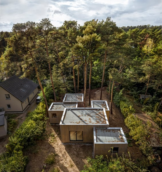Aus der Vogelperspektive wirkt das Haus im Wald nicht weit von Berlin mit seinen fünf Kuben wie ein Pixelbild.