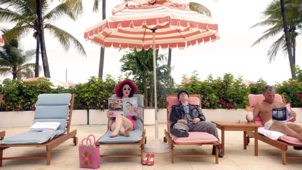 """Ob in New York, in den Catskills oder in Paris, die Amazon-Serie The Marvelous Mrs. Maisel"""" schaut man wie durch eine rosarote Brille. Die Szenerie am Pool könnte glatt aus einem Wes Anderson Film stammen."""