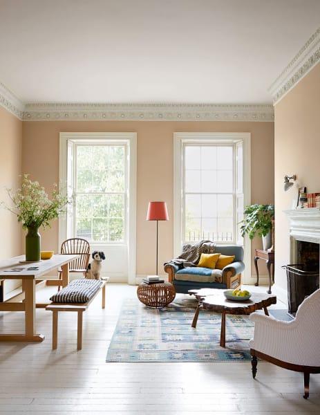 """Eine passendere Wahl für das Esszimmer als die leckere Wandfarbe """"Smoked Trout"""" wäre wohl kaum möglich gewesen. Der Esstisch und die Bänke sind aus unbehandeltem Eichenholz gefertigt, den Teppich entwarf die schwedische Künstlerin Märta Måås-Fjetterström."""