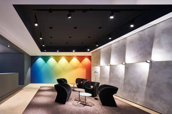 Occhio kümmerte sich um das Lichtkonzept im gesamten Store. Nicht nur im futuristisch ausgeleuchteten Eventbereich.