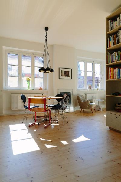 """Im offenen Wohnbereich rundet der Stuhlklassiker """"Wire Chair"""" von Vitra die aufeinander abgestimmten Möbeleinbauten ab."""