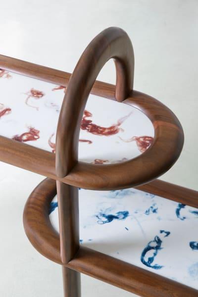 """Mit Twist – Die Ablagefläche besteht aus """"Marwoolus"""", einem Material,  erfunden und produziert von Marco Guazzini. Der Effekt von Marmoradern  entsteht durch den Materialmix von Marmorabfällen und Wollgarnen."""