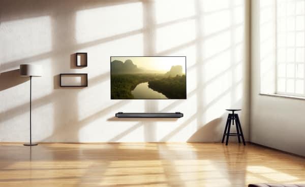 """Man könnte ihn fälschlicherweise für ein Fenster nach draußen halten, so dünn ist der """"LG-Signature OLED"""". Mit einer """"Dicke"""" von nur 2,57mm wird er eins mit der Wand – möglich machen dies magnetische Klammern auf der Rückseite des Fernsehers, sodass er lückenlos an der Wand aufliegt."""