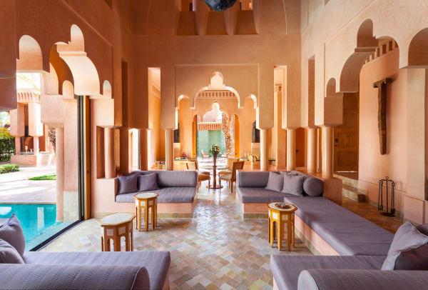 Typisch marokkanisch: Im Inneren des Hotels folgen Bögen über Bögen.
