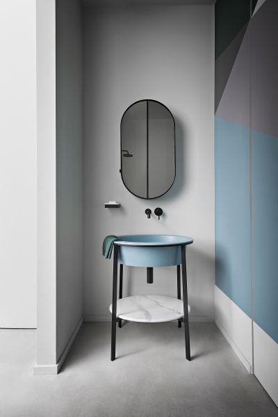 """Leichtfüßig und Farbenfroh: Cielos Serie """"I Catini"""" folgt einem schlichten Prinzip: Ein schlankes        Stahlgestell trägt Becken und Ablage. Die matt glasierte Keramikschüssel gibt es in 16 sanften Tönen, die        Ablage ist aus Marmor. Rund, oval und als        Doppel-Waschtisch. ceramicacielo.it."""