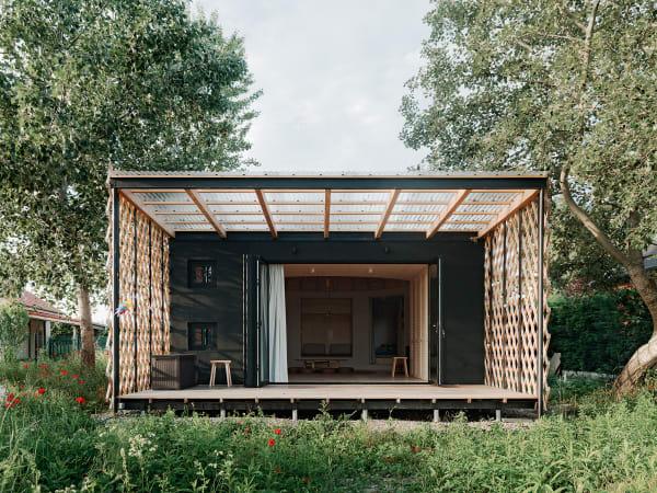 Seebühne: Die Terrasse mit transparentem Dach öffnet das Sommerhaus auf ganzer Breite nach draußen.