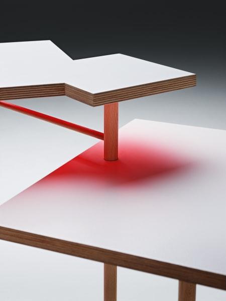 """Die helle Oberfläche des """"Utsuri"""" reflektiert die Neonfarben der Tischunterseiten."""