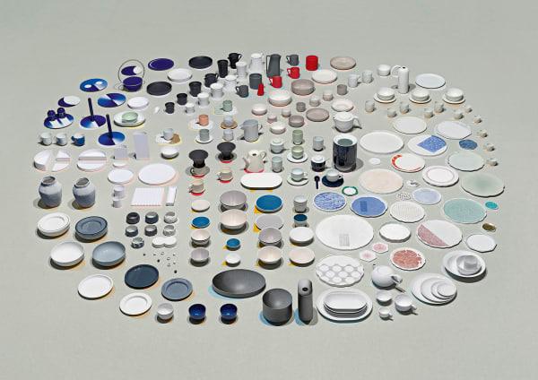 Porzellanparade: Zehn Manufakturen aus Arita und 16 Designer haben gemeinsam eine Kollektion realisiert. Darunter Tomás Alonso (im Bild o. auf 9 Uhr), der Schalen aus radikal simplen Halbkreisen entwarf, oder Wieki Somers (auf 11 Uhr), deren Teegeschirr in Koransha-Blau leuchtet. Stefan Diez und Kawazoe Seizan (5 Uhr) entwickelten ein Service, das mit traditioneller Lochtechnik perforiert wird.  Die Stücke sind ab 1.Mai im Arita House in der Ruysdaelkade 2–4, Amsterdam, und ab 10.Mai im MoMA-Store in New York erhältlich.