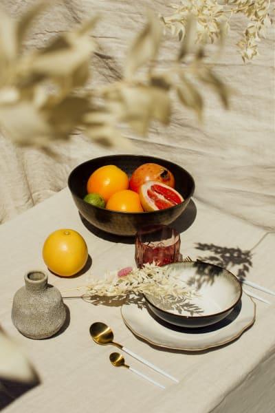 """Keramikschale """"Nymeria"""" (28 Euro / 2er-Set), Besteck """"Envy"""" (24 Teile,        129 Euro) und Keramikteller """"Lyanna"""" (33 Euro / 2er-Set) von NV Gallery"""