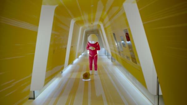 """Eine Welt, in der ein Roboter gegen den Verlust des sozialen Bewusstseins der Menschen ankämpft: Bjørn Melhus entwirft in seinem Kurzfilm """"SUGAR"""" (2019) ein Zukunftsszenario, das beunruhigend nah erscheint. 4K Video, 20:30 Minuten. Zu sehen im Rahmen des Schirn """"Double Feature Online Special""""."""