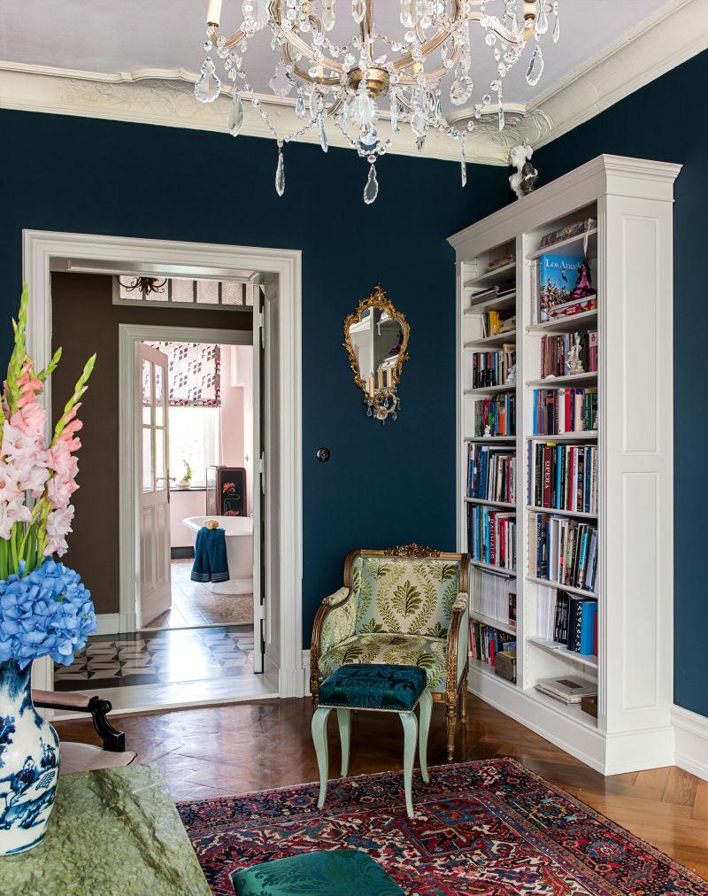 """Maßangefertigte Bücherschränke  in Altweiß – der Stylist """"wollte hier nichts in reinem Weiß"""". Einzige Ausnahme: die frei stehende Wanne von Victoria&Albert im Bad."""