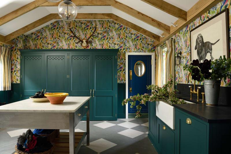 Küche mit Tapete überall von Flora Soames