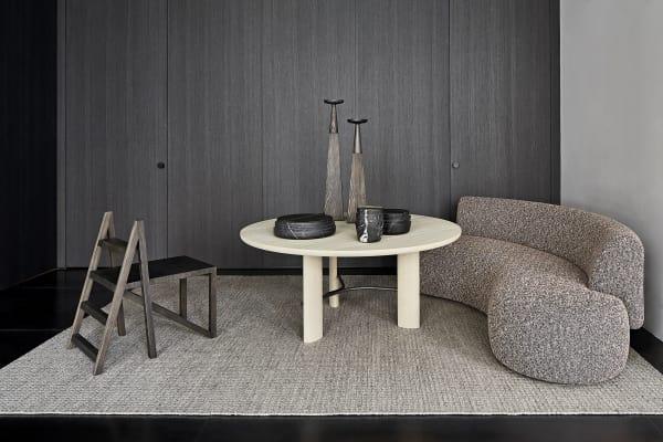 Tisch und Banquette für Collection Particulière (mit Stuhlleiter von Anthony Guerrée). Alle Preise auf Anfrage.