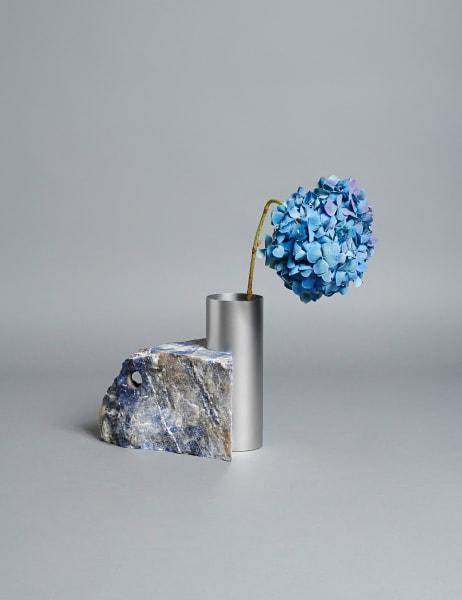 """Aus der """"Sodalite""""-Vase mit brutalistischem Marmorsockel und beweglichem Stahlrohr schießen, nein, sprießen  die Blumen! Bloc Studios aus Carrara entwarfen sie in Kollaboration mit  dem dänischen Label Tableau, 1012Euro."""