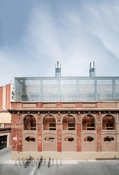Hinter der historischen Fassade der Glasfabrik Planell entstand mitten in der katalanischen Hauptstadt ein Bildungs- und Kulturzentrum mit smarter Klimatechnik.
