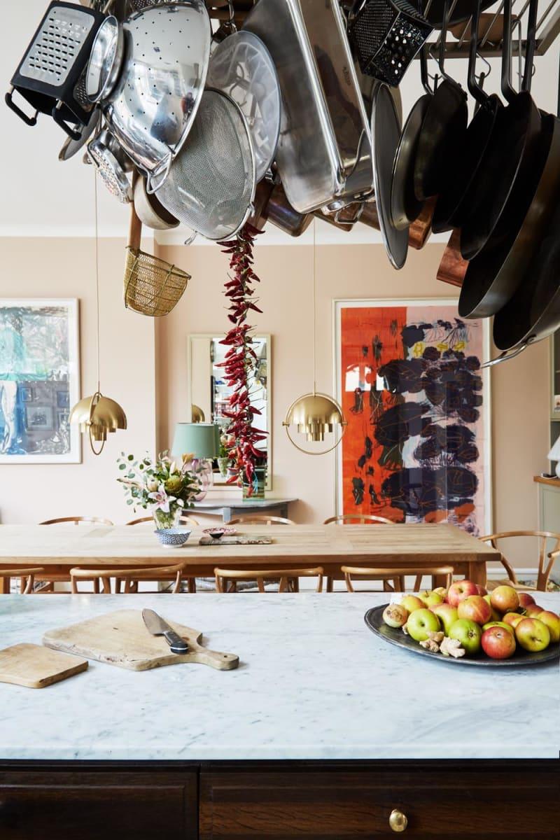 Blick von der Küche auf den Essbereich im Haus von Adam Aamann