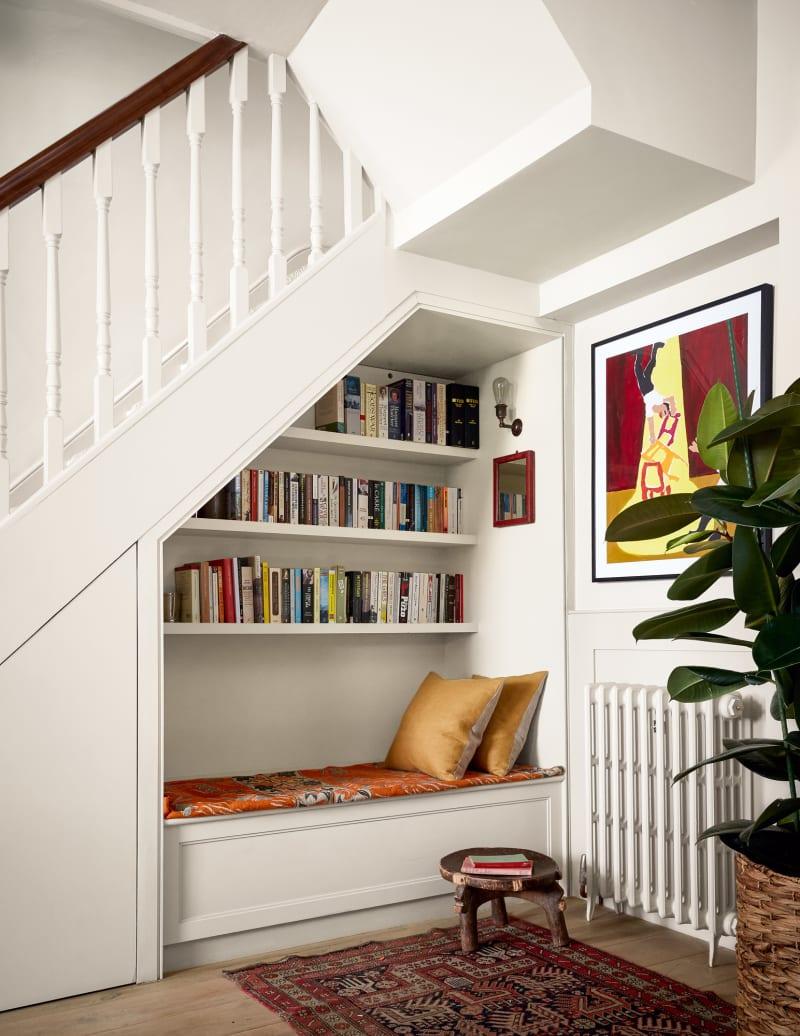 Sitznische unter einer Treppe