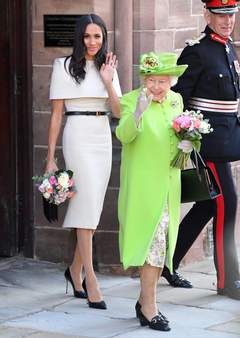 Die Duchess of Sussex und Queen Elizabeth II. beim Verlassen der Chester Town Hall.