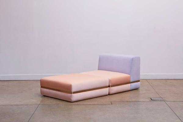 Das Sofa in Pastellfarben ist auch in größeren Ausführungen erhältlich.