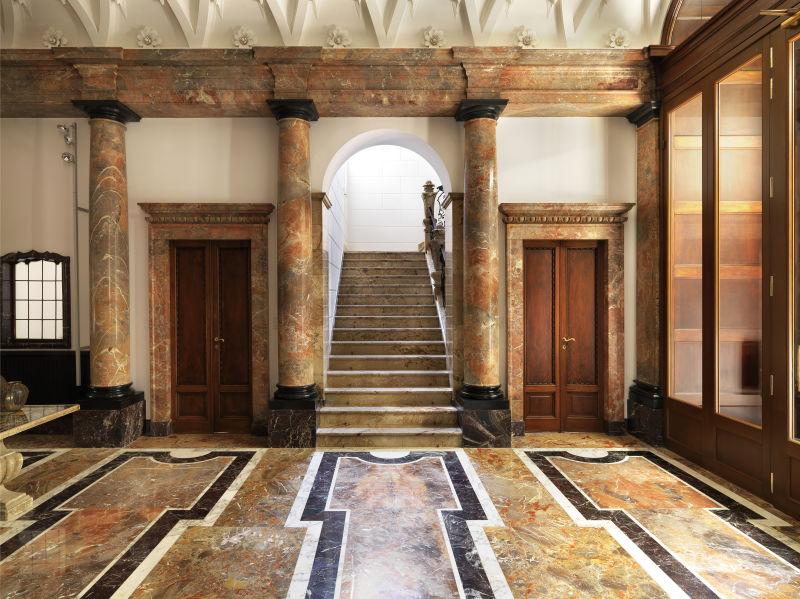 Die Eingangshalle gibt den Ton des Hauses vor: In der Villa Mozart regieren edle Steine in all ihrer Pracht.