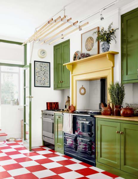 Die Küche ließ Hall rund um den 40 Jahre alten marineblauen Aga-Herd bauen. Am Boden wurden Linoleumfliesen im Schachbrettmuster verlegt.