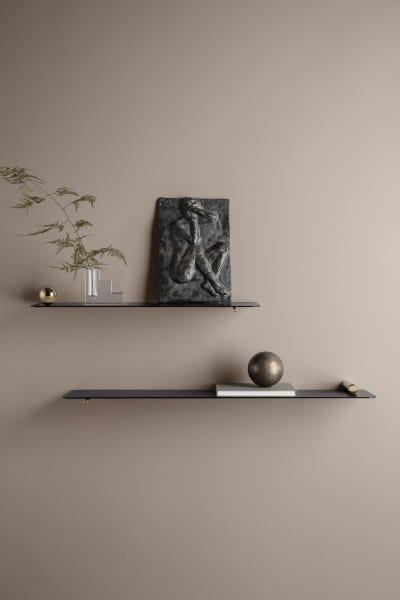"""Die Regale """"Flying Shelfs"""" von Ferm Living, mit Messing- oder Chromdetails daherkommend, überzeugen vor allem durch ihre Einfachheit. Der beschichtete Stahl kann aber so einige unserer Lieblingsstücke stemmen."""