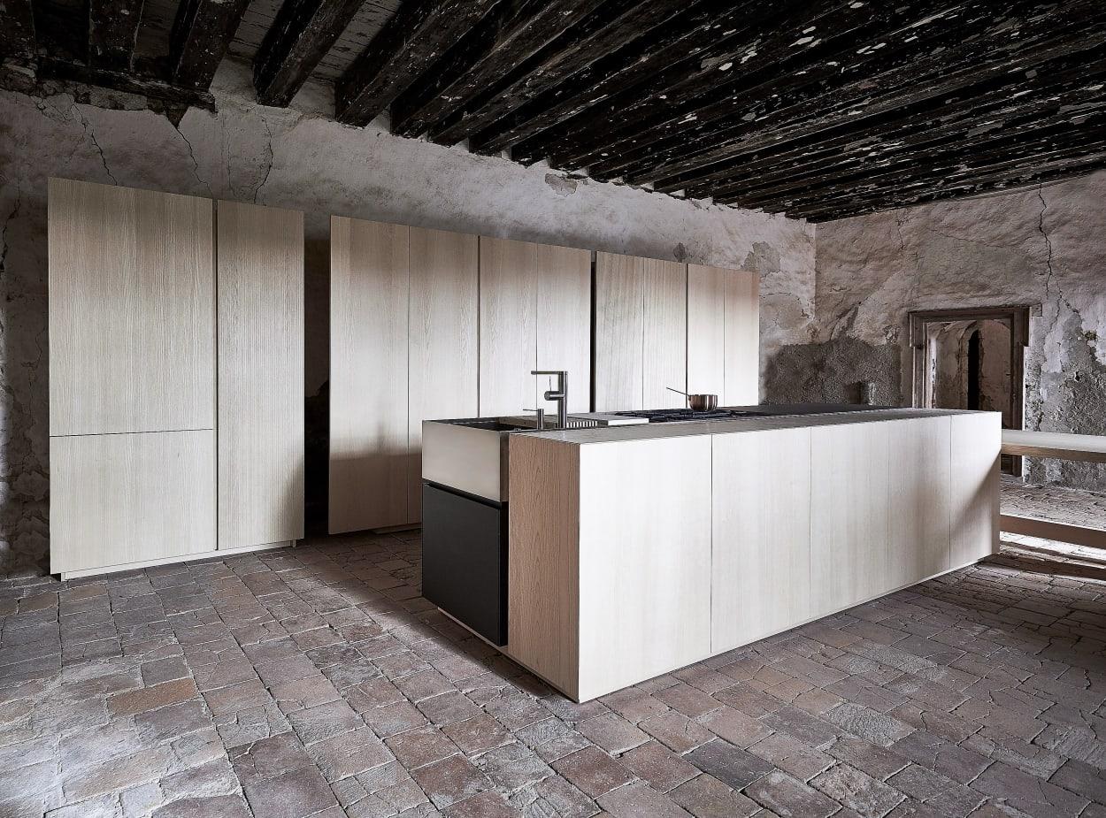 Holzküche von Mühlböck schräg, in altem Gemäuer fotografiert