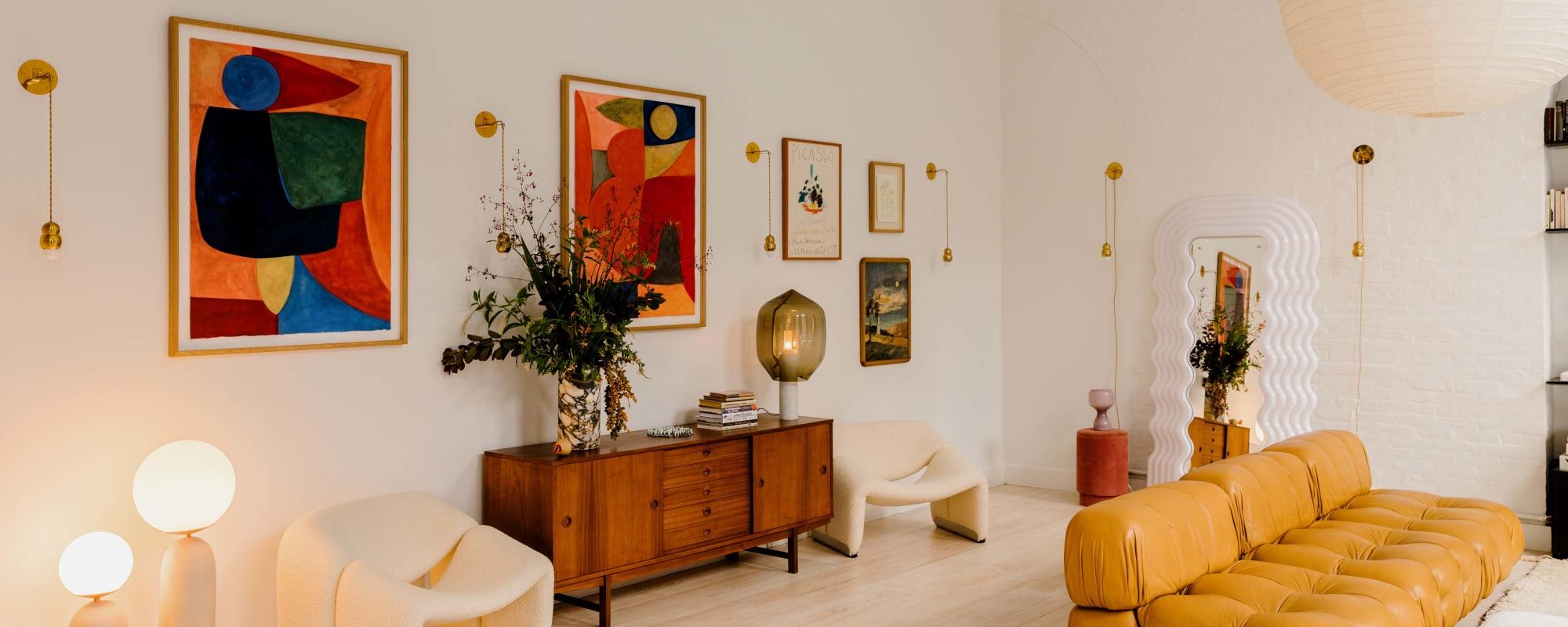 Das Wohnzimmer in Elsa Hosks Loft in New York mit Vintage-Möbeln und Picasso an der Wand.