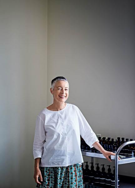 """""""Mein Lieblingsduft? Nicht zu lieblich"""", verrät Suzanne Santos, """"das Aroma von 'Fabulous Face Oil' mit Ylang-Ylang und: 'Hwyl'."""""""