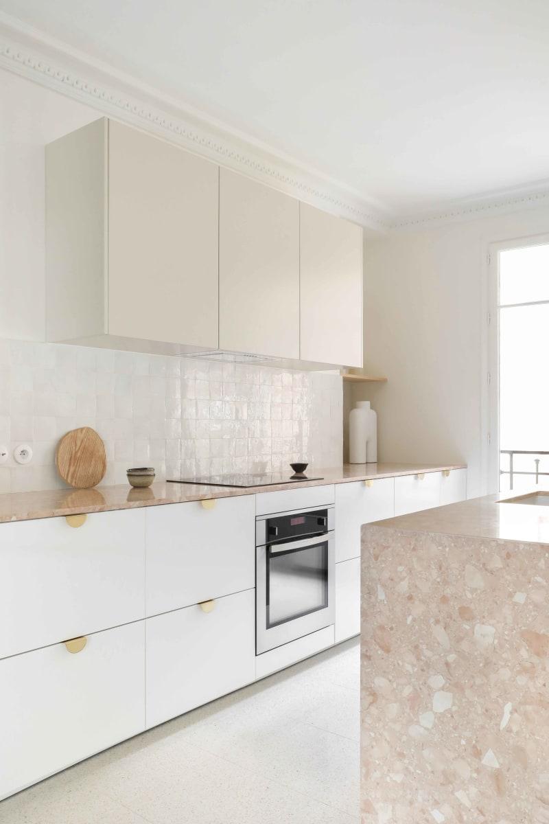Küchenzeile in Weiß und Beige von Heju Studio
