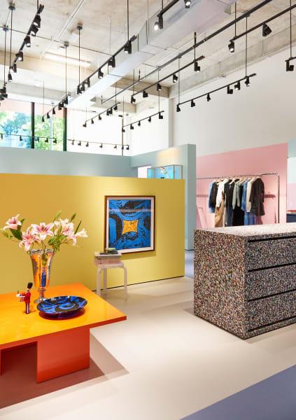 Im gesamten Geschäft lassen sich Kunstwerke von aufstrebenden Künstlerinnen finden, das blau-gelbe Gemälde an der Wand stammt zum Beipsiel von Emma Kohlmann.