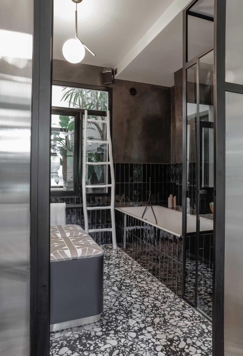 Blick ins Bad mit schwarz-weißem Terrazzo