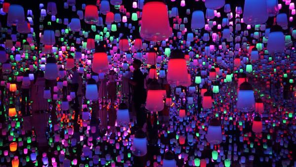 Im Labyrinth der Lichter: Die Laternen reagieren auf die Besucher und sorgen für einen magischen Lichterwald.