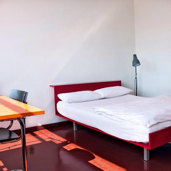 In Dessau kein Problem: Die ehemaligen Atelierzimmer im Prellerhaus        neben der geschichtsträchtigen Schule wurden nun originalgetreu        reinszeniert und bieten gelebte Geschichte auf 24 Quadratmetern.        Einzelzimmer ab 40 Euro.