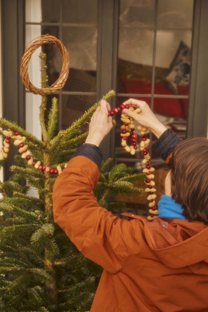 Weihnachtsbaum draußen schmücken