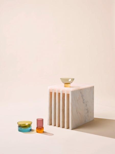 """Der Beistelltisch des Duos """"Side Tables"""" vereint, inspiriert vom charakteristischsten Baumaterial der Antike, Marmor und Acryl in einem Wechselspiel von Opak und Transparent, Leicht und Schwer. 2850 Euro."""