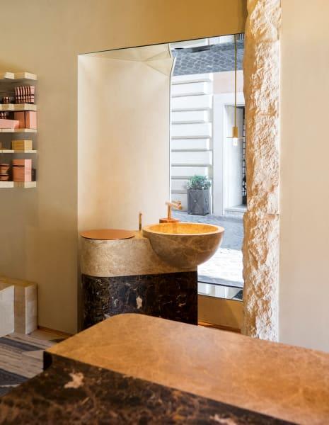 Der Store nahe der Via del Corso bietet Raum für Ruhe im überlaufenden Rom.