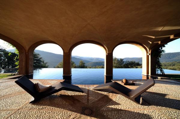 Der Pool des Castello di Reschio.