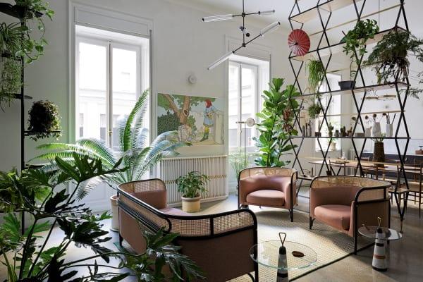 """Designer Pietro Russo betont: """"Im Wohnen gibt es horizontale Zeiten und vertikale. Dies ist eine vertikale."""" Man sieht's anseinem Scherenregal."""