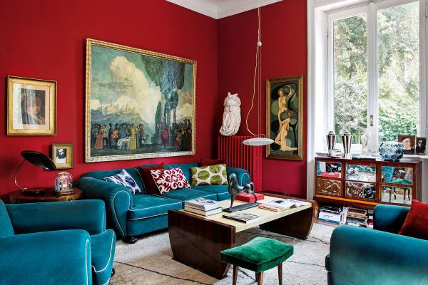 Das Living dominieren Sessel und Sofa von Guillermo Ulrich,        Coffeetable Art déco aus den Dreißigern. Auf der Heizung thront eine        Kopie von Michelangelos Moses aus dem 19. Jahrhundert. Gemälde: Oskar        Graf.