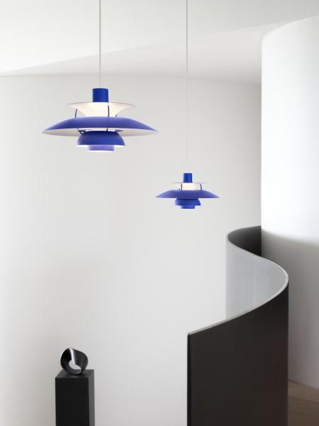Louis Poulsen hat den Klassiker von Poul Henningsen diesen Herbst gleich zweimal neuinterpretiert: als Mini und in drei neuen monochromen Farbvarianten. Das Design aus dem Jahr 1958 ist ab sofort in Schwarz, Weiß und einem kräftigen Blau erhältlich.