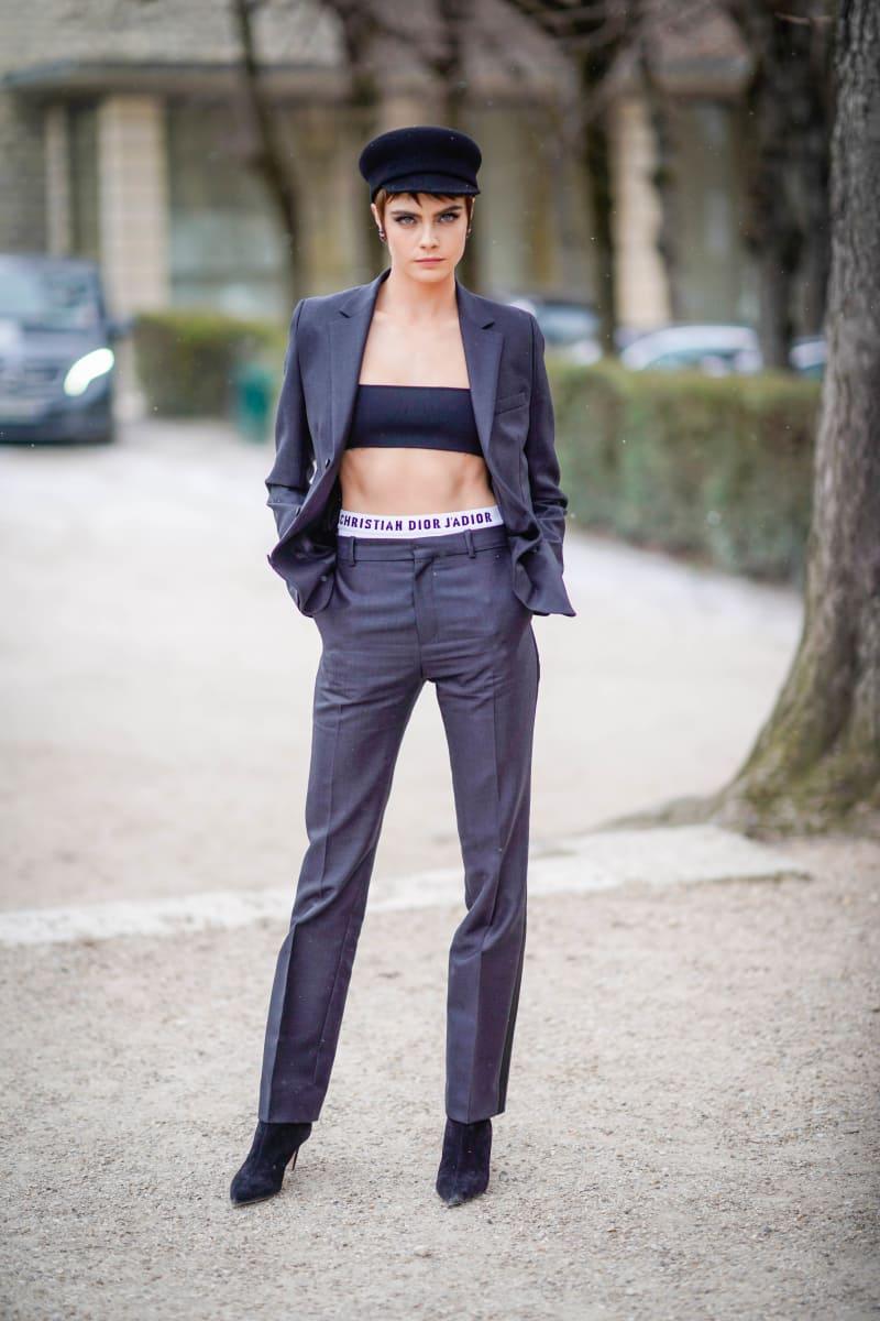 Cara Delevingne vor der Dior-Modenschau in Paris.